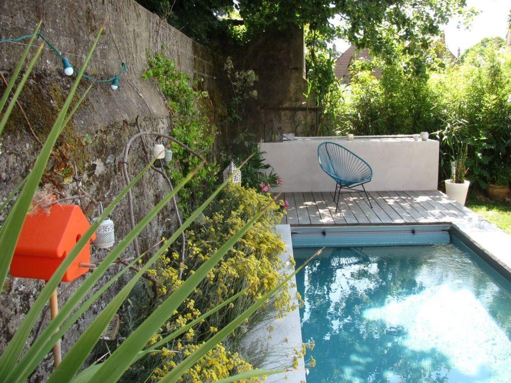 mini piscine et fleurs