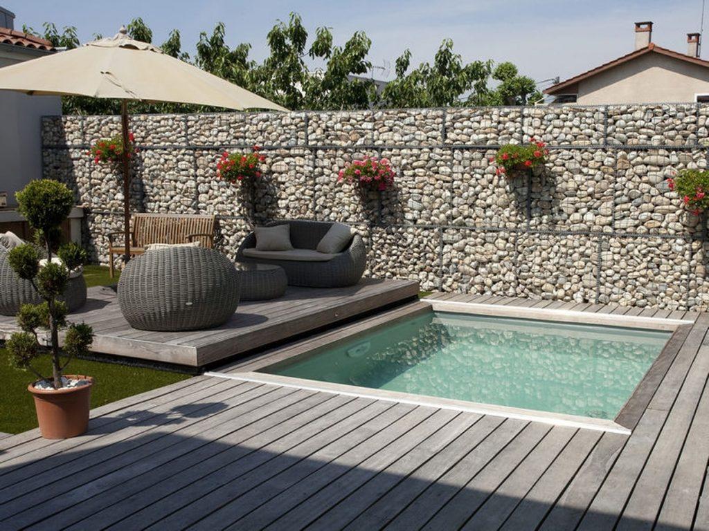 mini piscine carrée avec terrasse bois