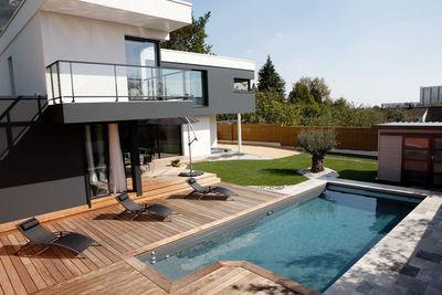 petit bassin caron devant maison moderne