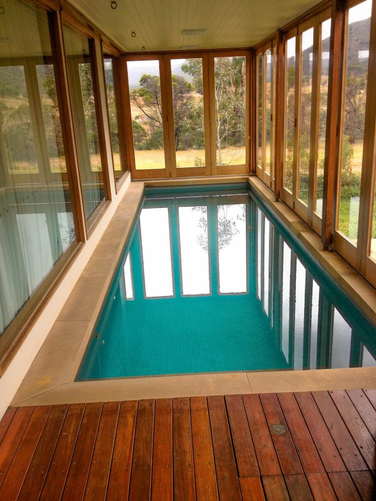 petite piscine interieure ambiance bois