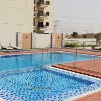 piscine carrelée bleue